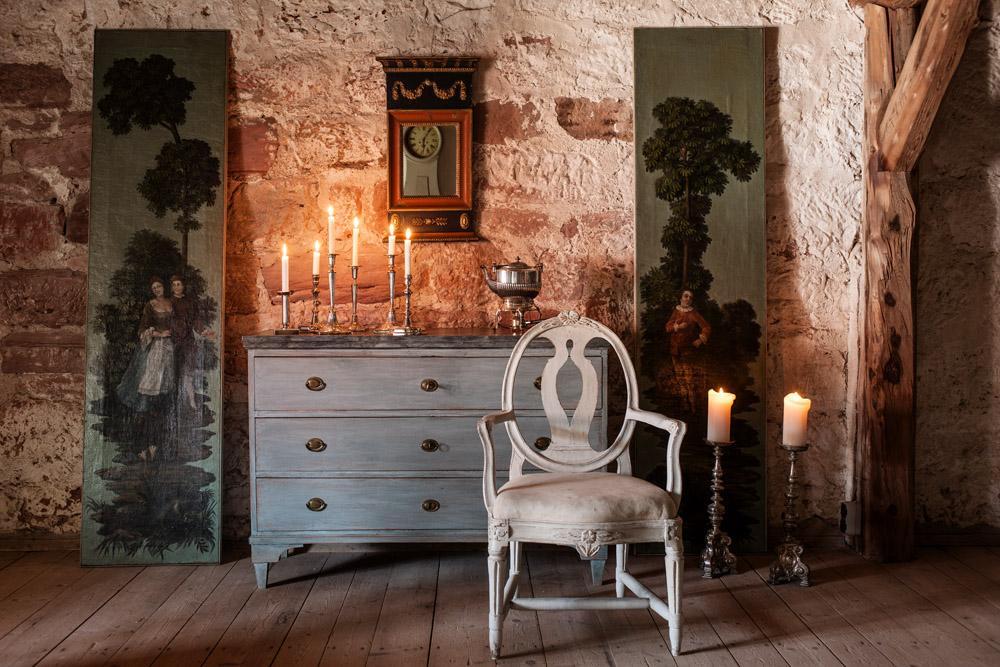 Gustavianische Kommode , Spiegel und Stuhl