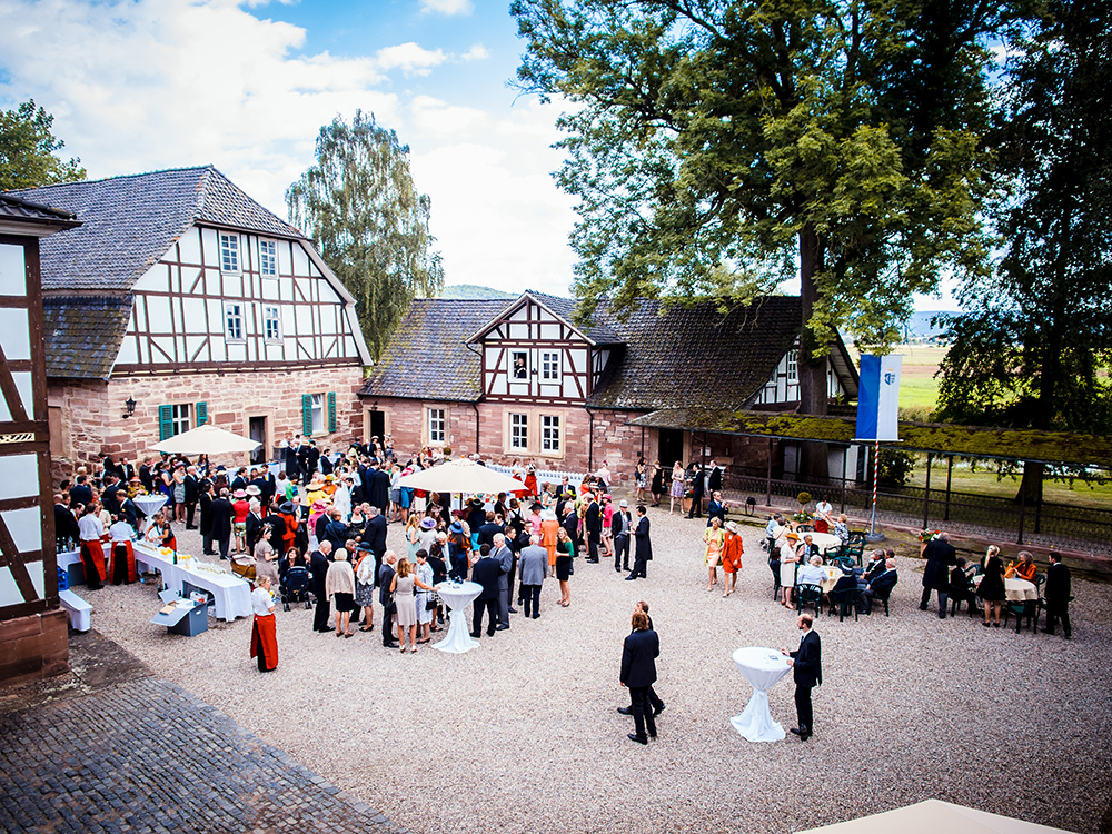 Hochzeitsgesellschaft im Innenhof
