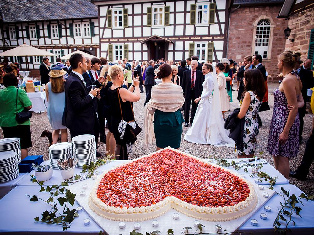 Braut vor der Hochzeitstorte