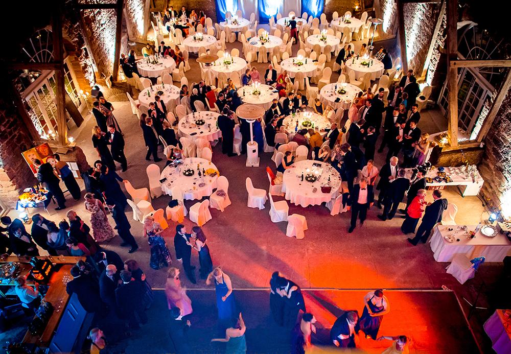 Fortgeschrittener Abend mit Tanz in der Eventscheune des Schlosses Völkershausen