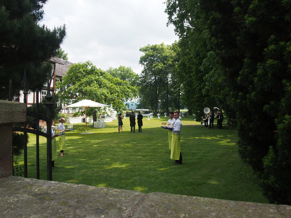 Schlosspark an der Warra. Warten auf das Brautpaar und die Gäste nach der Trauung